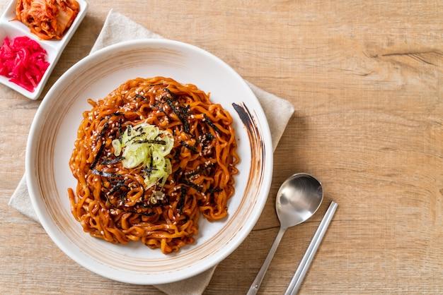 Fideos instantáneos coreanos picantes y calientes con kimchi