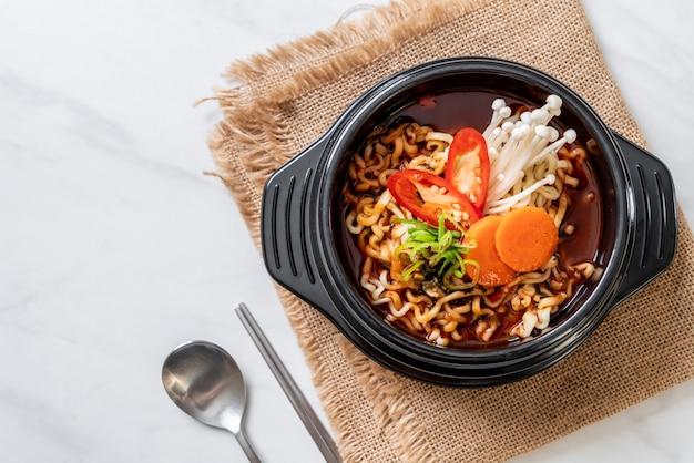 Fideos instantáneos coreanos en un tazón negro