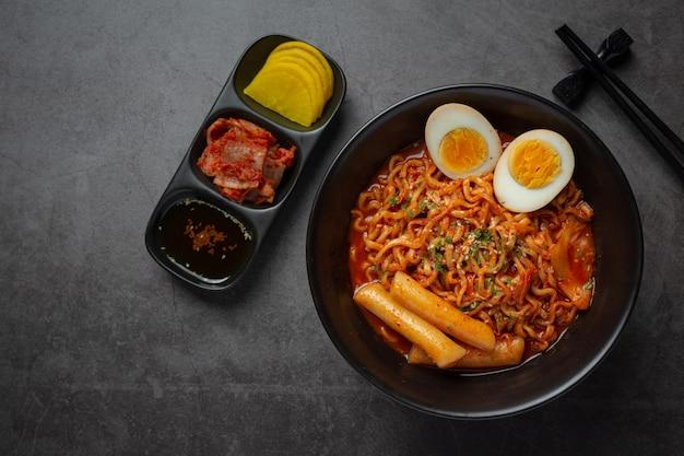 Fideos instantáneos coreanos y tteokbokki en salsa picante coreana, comida antigua