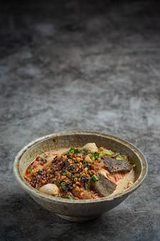 Fideos instantáneos picantes estilo tailandés llamado tom yum.