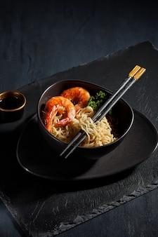 Fideos instantáneos recién cocidos. cocina asiática