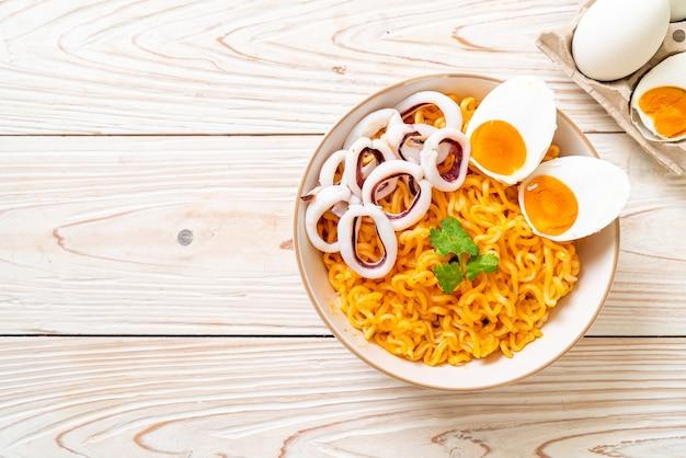 Fideos instantáneos sabor huevo salado con calamar o pulpo bowl