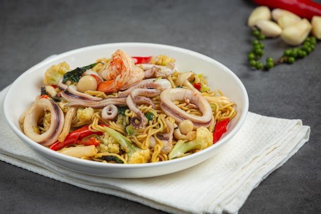 Fideos instantáneos salteados con mariscos y vegetales variados