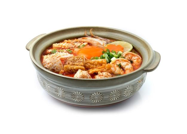 Fideos instantáneos con sopa tom yum cremosa picante