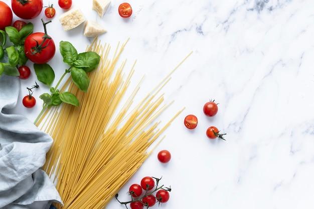 Fideos de pasta de espagueti con fondo de ingredientes frescos