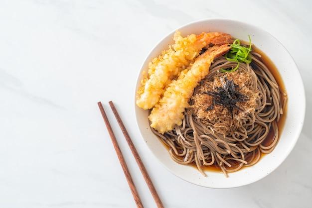 Fideos ramen japoneses con tempura de camarones - estilo de comida asiática