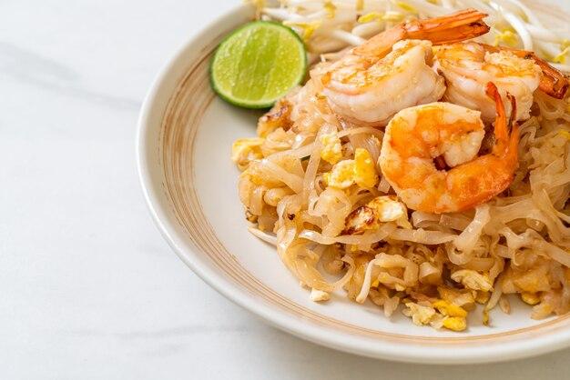 Fideos salteados con camarones y brotes o pad thai - estilo de comida asiática