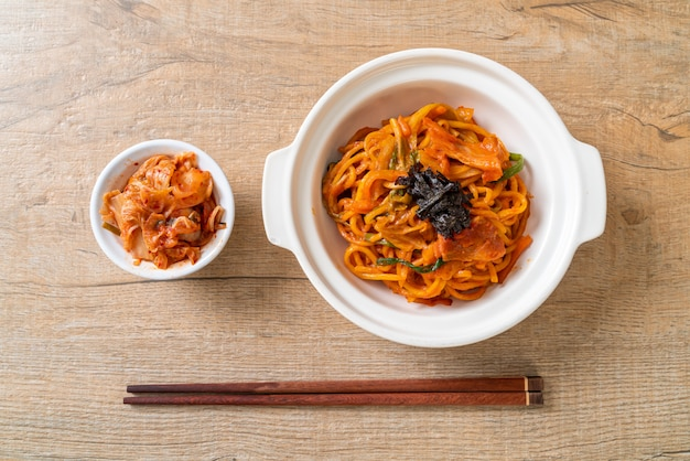 Fideos salteados con salsa picante coreana y vegetales