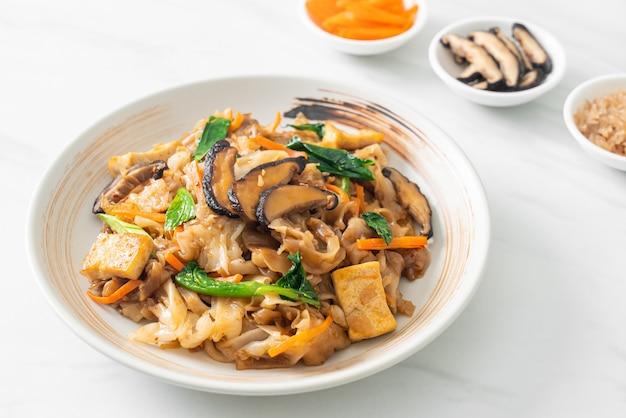 Fideos salteados con tofu y verduras - estilo de comida vegana y vegetariana