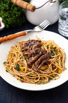 Fideos sanos con fondo de comida de carne
