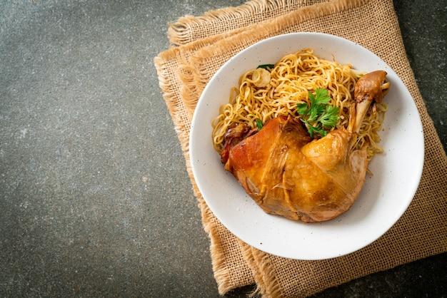 Fideos secos con tazón de pollo estofado - estilo de comida asiática