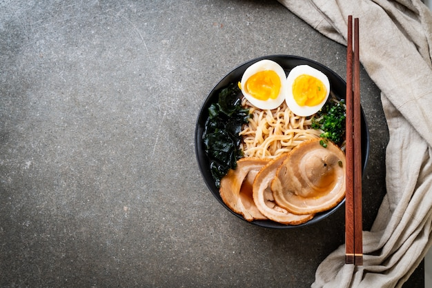 Fideos shoyu ramen con cerdo y huevo