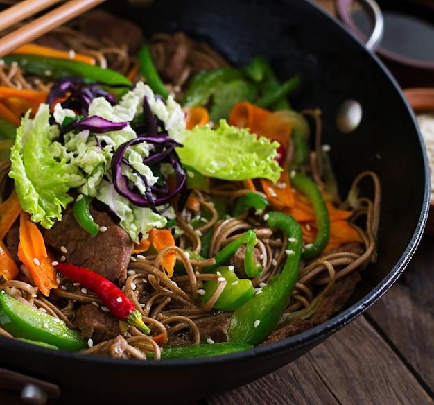 Fideos soba con carne de res, zanahorias, cebollas y pimientos