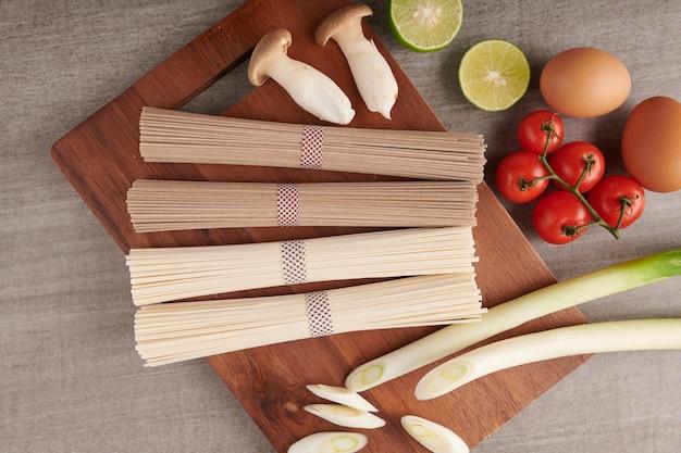 Fideos soba y udon crudos. fideos tradicionales japoneses, ingrediente alimentario crudo. soba de trigo sarraceno seco y fideos udon.