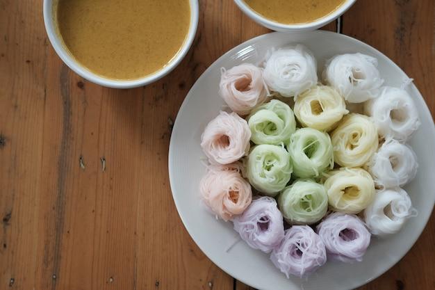 Fideos tailandeses con color herbal natural.