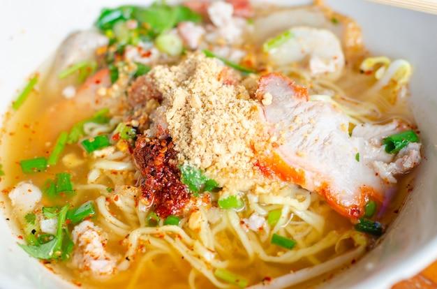 Fideos tailandeses picantes con hierbas, fideos tomyam, comida tailandesa, tailandia