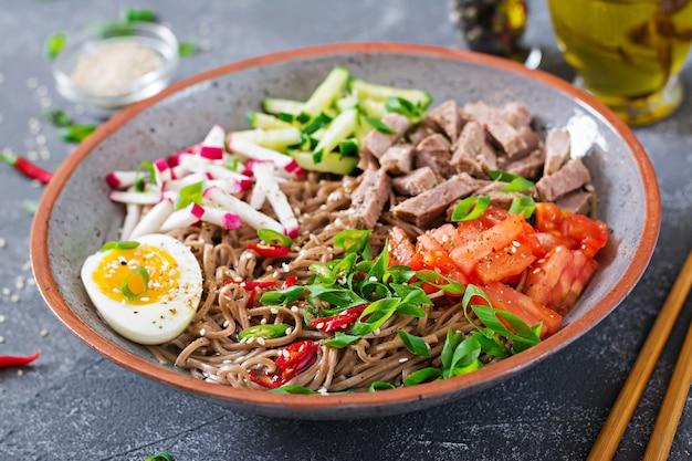 Fideos de trigo sarraceno con carne de res, huevos y verduras. comida coreana. sopa de pasta de trigo sarraceno.