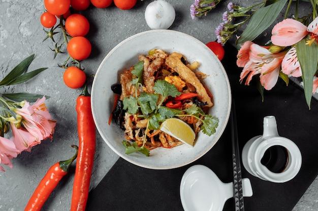 Fideos udon con pollo y pimientos - cocina japonesa.