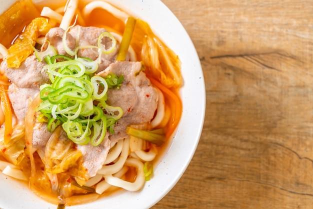 Fideos udon ramen con cerdo y kimchi