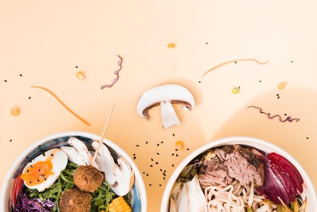 Fideos udon wok con verduras y carnes sobre fondo coloreado