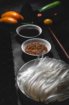 Fideos veganos con guisantes, pimientos, cebolla y calabacín