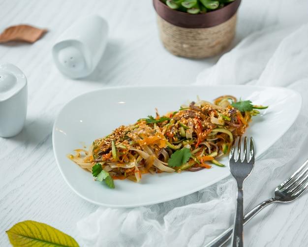 Fideos con verduras en el plato