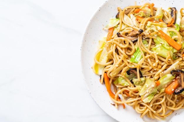 Fideos de yakisoba salteados con vegetales
