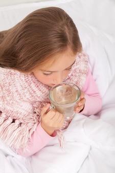Fiebre, resfriado y gripe medicamentos y té caliente cerca