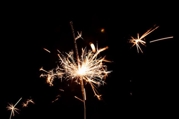 Fiesta de año nuevo de ángulo bajo con fuegos artificiales