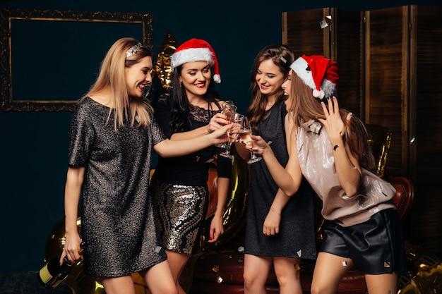 Fiesta de año nuevo. felices momentos de navidad con amigos.