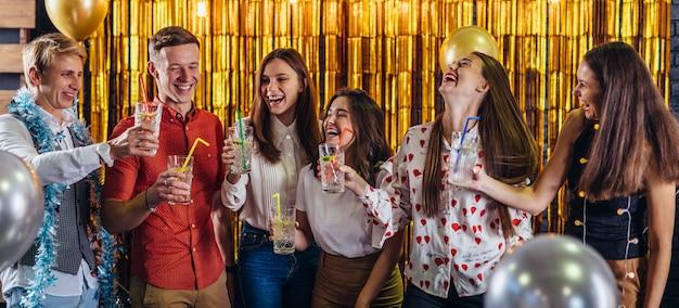 Fiesta de año nuevo. grupo de jóvenes divirtiéndose