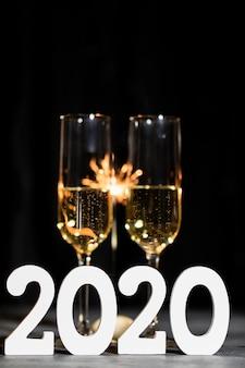 Fiesta de año nuevo por la noche con champaña