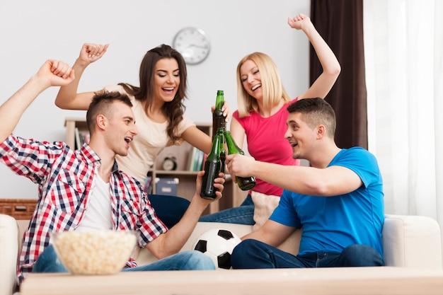 Fiesta en casa después de ganar su equipo de fútbol favorito