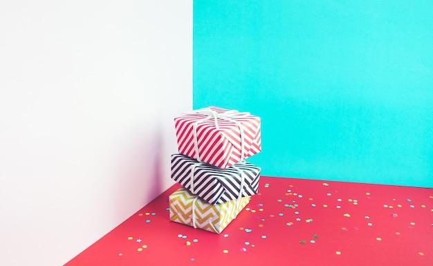 Fiesta de celebración con confetis coloridos con caja de regalo colorida