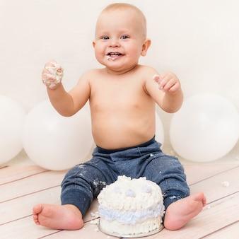 Fiesta de cumpleaños de un año bebé. bebé comiendo pastel de cumpleaños. aplastamiento de la torta