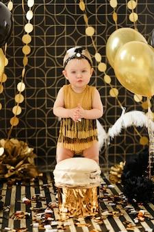 Fiesta de cumpleaños de bebé con torta aplastada.