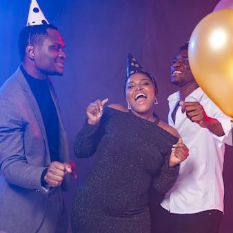 Fiesta de cumpleaños feliz bailando