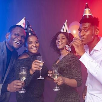 Fiesta de cumpleaños feliz bebiendo champán