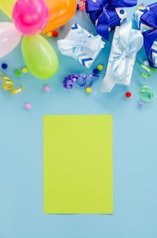 Fiesta de cumpleaños con globos, cajas de regalo, notas y confeti.