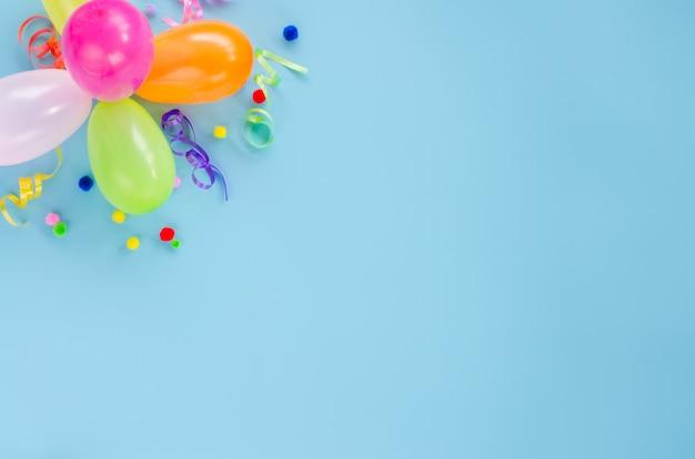 Fiesta de cumpleaños con globos y confeti.