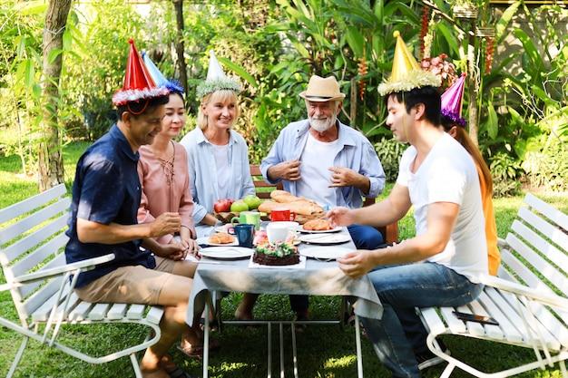 Fiesta de cumpleaños del hombre mayor en el jardín