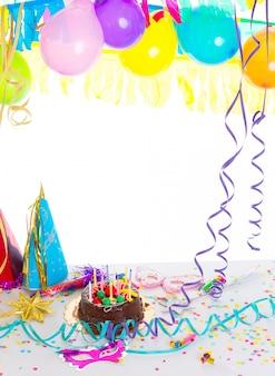 Fiesta de cumpleaños infantil con pastel de chocolate.