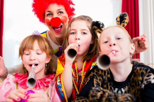 Fiesta de cumpleaños infantil con payaso y mucho ruido.