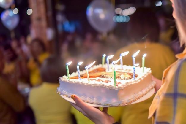 Fiesta de cumpleaños con mucha gente joven