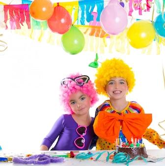 Fiesta de cumpleaños de niños con pelucas de payaso.