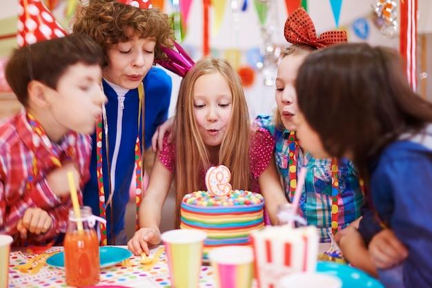 La fiesta de cumpleaños no se puede celebrar sin el pastel con vela.