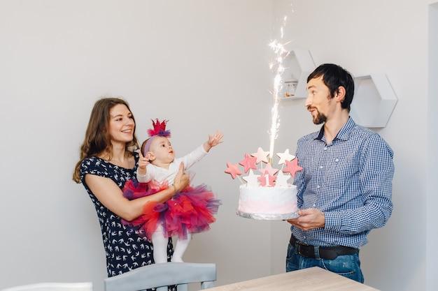 Fiesta de cumpleaños y tarta con fuegos artificiales.