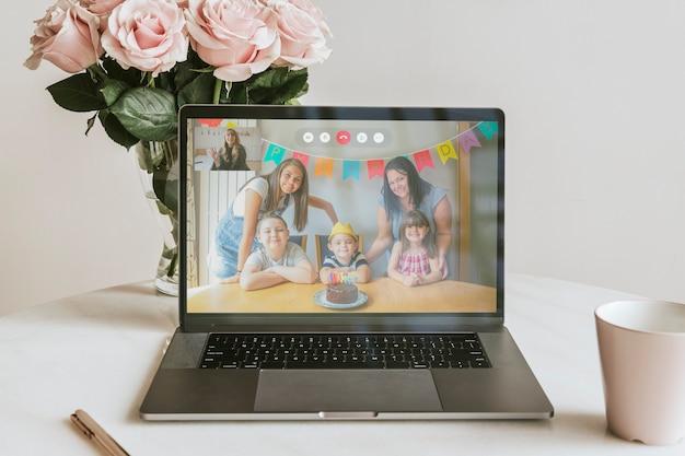 Fiesta de cumpleaños virtual a través de una videollamada en una computadora portátil en la nueva normalidad