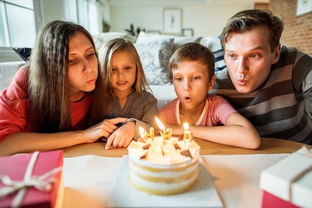 Fiesta familiar de cumpleaños en casa.