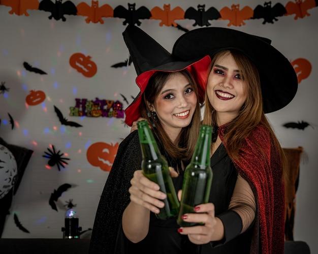 Fiesta de halloween bebiendo cerveza